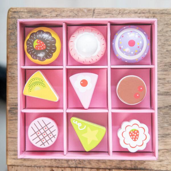 set-de-9-prajituri-in-cutie-cadou-new-classic-toys-03